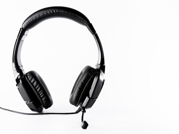 分離した白い背景のケーブルと黒のヘッドフォン Premium写真