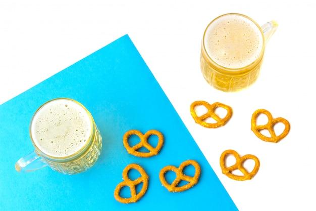 Концепция октоберфест. пивная кружка с закусками из соли, прицелей, брецель Premium Фотографии