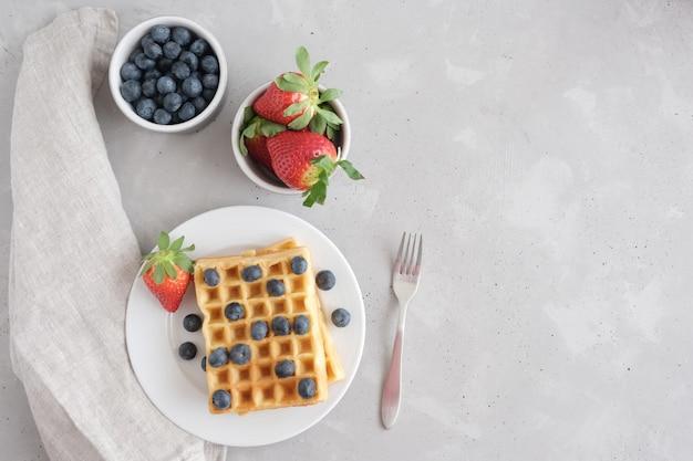 新鮮な自家製ベルギーまたはウィーンのワフディ、新鮮な有機ストロベリーとブルーベリーのベリー Premium写真
