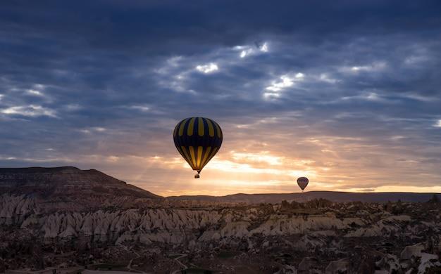 熱気球、カッパドキアトルコ Premium写真