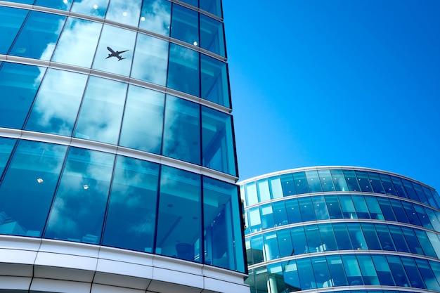 ビジネスオフィスタワー背景、ロンドンのジェット飛行機のシルエット Premium写真