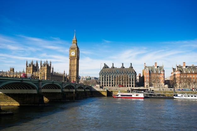イギリス、ロンドンのビッグベンビッグベンとウェストミンスター寺院 Premium写真