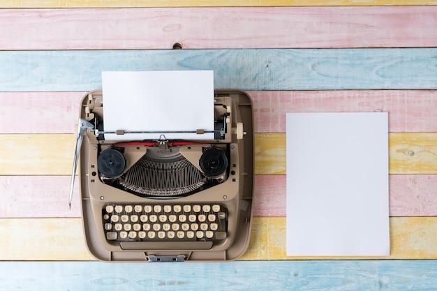 レトロなスタイルのタイプライターの平面図 Premium写真