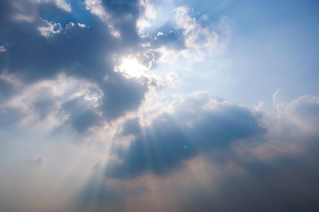 晴れた空と太陽光線 Premium写真