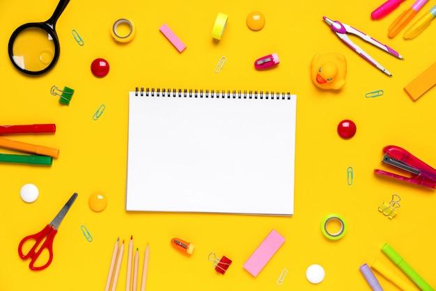 コンセプト創造的な学校の仕事でカラフルな文房具 Premium写真