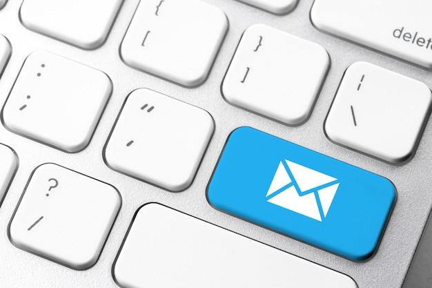 Электронная почта и свяжитесь с нами значок на клавиатуре компьютера Premium Фотографии