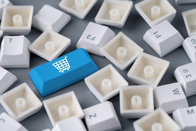 レトロなコンピューターのキーボード上のオンラインショッピングとビジネスのアイコン Premium写真