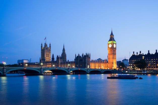 夜ロンドンイングランド英国ウェストミンスター宮殿ビッグベン Premium写真