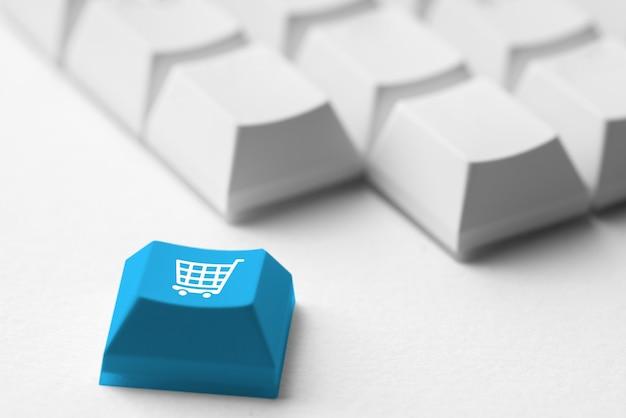 レトロなコンピューターのキーボード上のオンラインショッピング&ビジネスアイコン Premium写真