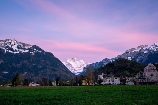 インターラーケン市とスイス、ユングフラウ Premium写真
