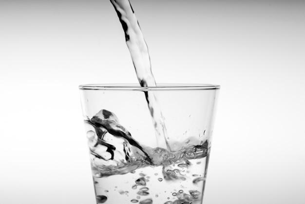 ガラスに注ぐ飲料水を閉じる Premium写真