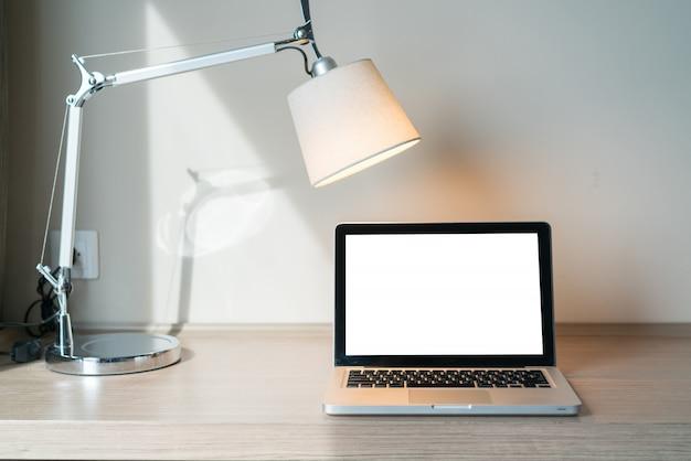 ランプを机の上のノートパソコン Premium写真