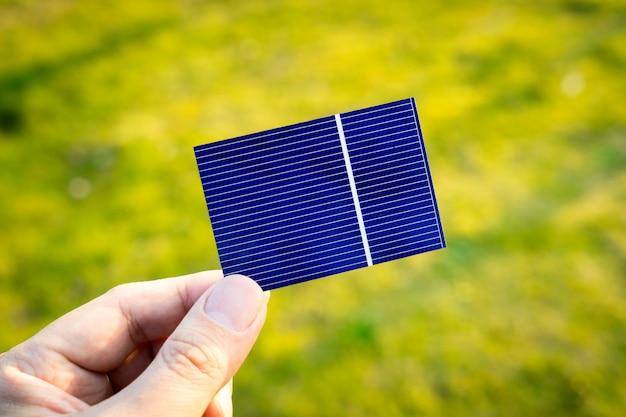 Зеленая энергия, фотоэлектрическая солнечная батарея со стороны Premium Фотографии