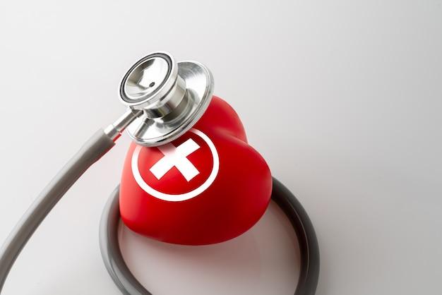 ハートのアイコンと聴診器、医療&健康管理の概念 Premium写真