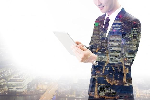 Двойная экспозиция азиатского бизнесмена с помощью планшета Premium Фотографии