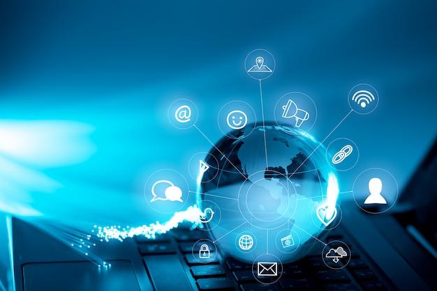 Глобальные технологии и значок сети на клавиатуре компьютера Premium Фотографии