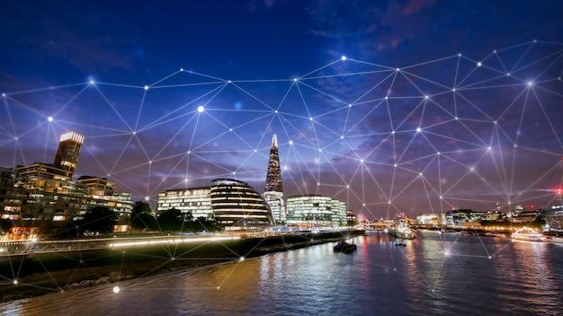 ネットワークと将来の概念のためのロンドンオフィスビル Premium写真