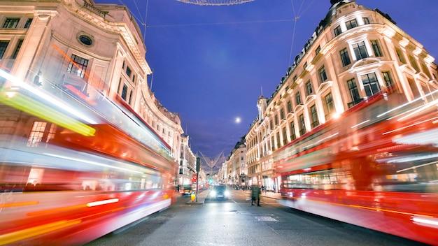 オックスフォード通り、ロンドン、クリスマスの日にショッピング Premium写真