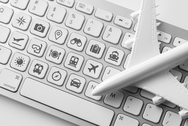 オンライン予約コンセプトのコンピューターのキーボード上のアイコンを旅行します。 Premium写真