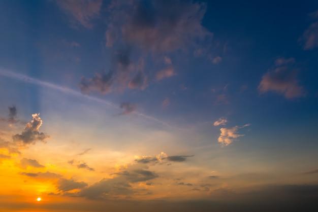 夏のビーチで夕焼け空の背景 Premium写真