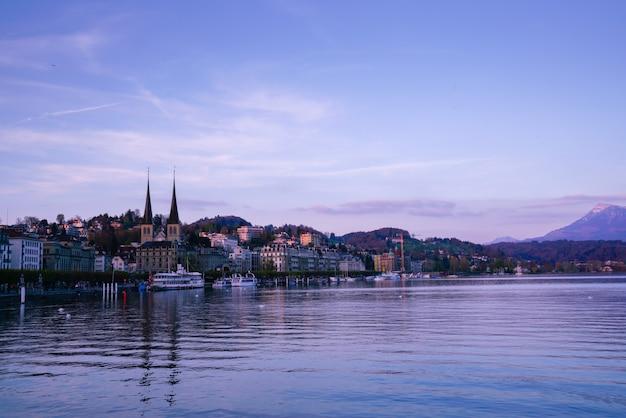 カペル橋とルツェルン市、スイス Premium写真