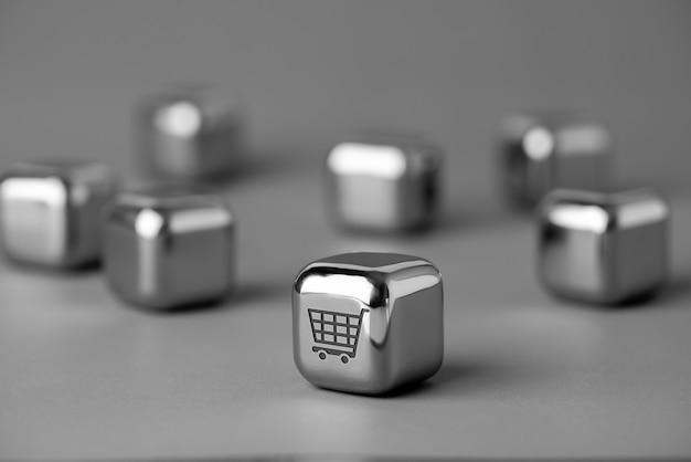 未来的で創造的なスタイルの金属キューブのオンラインショッピングアイコン Premium写真
