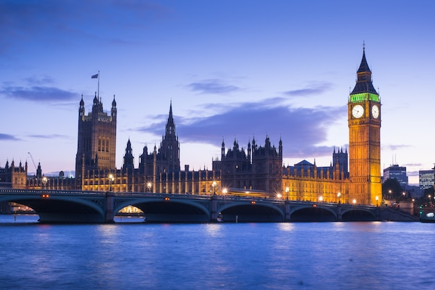 Бигбен и здание парламента в лондоне, англия, великобритания Premium Фотографии