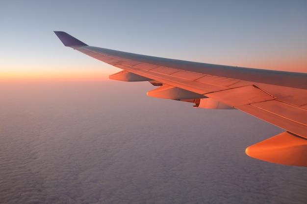 Вид из окна самолета на закате для отдыха концепции Premium Фотографии