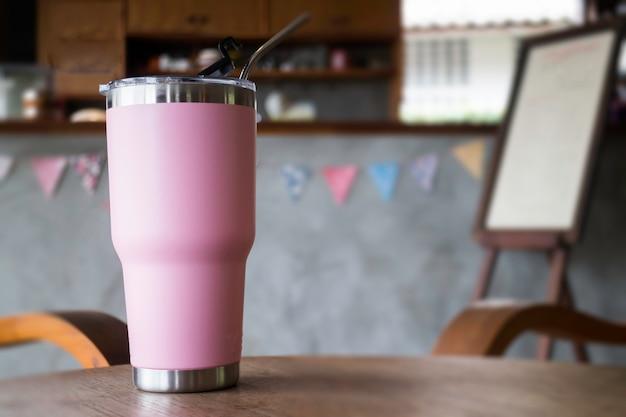 金属製ストロー付きステンレス鋼製の魔法瓶タンブラーマグカップ Premium写真