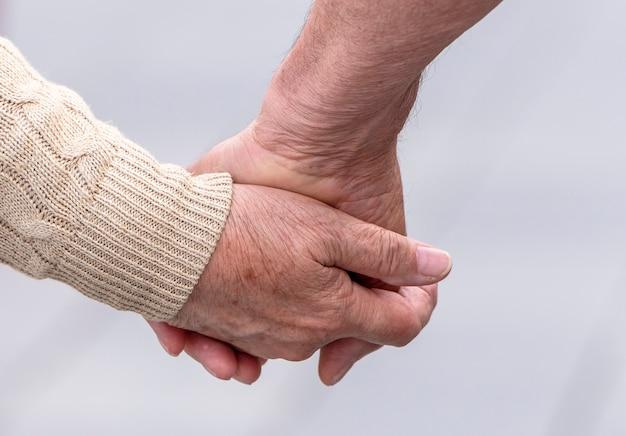 Пожилая пара идет по улице Premium Фотографии