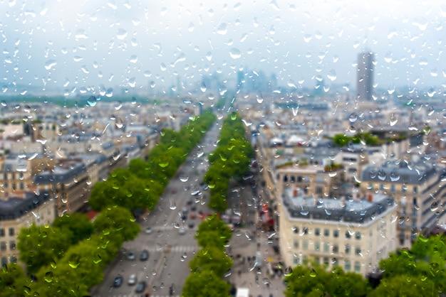 Париж во время проливного дождя, дождливый день в париже, капли на окне Premium Фотографии