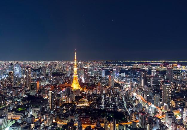 夕方には東京の都心、日本の夜には東京タワーの素晴らしいパノラマビュー Premium写真