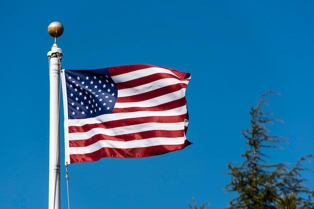 Американский флаг развевается на синем небе, сша флаг развевается Premium Фотографии