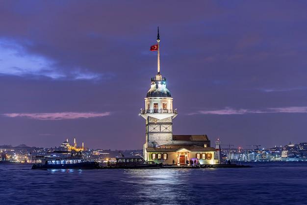 乙女の塔または夜のトルコ、イスタンブールのキズクレシ Premium写真