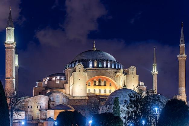 トルコ、イスタンブールの聖なる知恵のアヤソフィアまたはアヤソフィア教会の夜 Premium写真