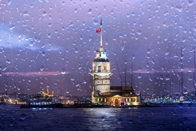 イスタンブールの夜の雨、乙女の塔、またはトルコのイスタンブールの夜のキズ・クレシ Premium写真