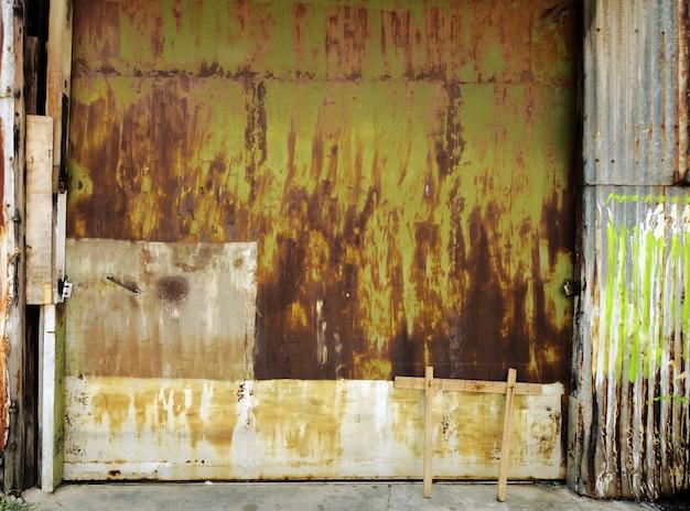 古い産業ガレージのドアの背景 Premium写真