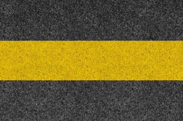 Черный асфальт фоновой текстуры с желтой линией Premium Фотографии