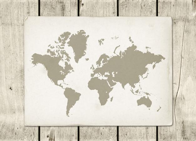 木製の壁にヴィンテージの世界地図羊皮紙 Premium写真