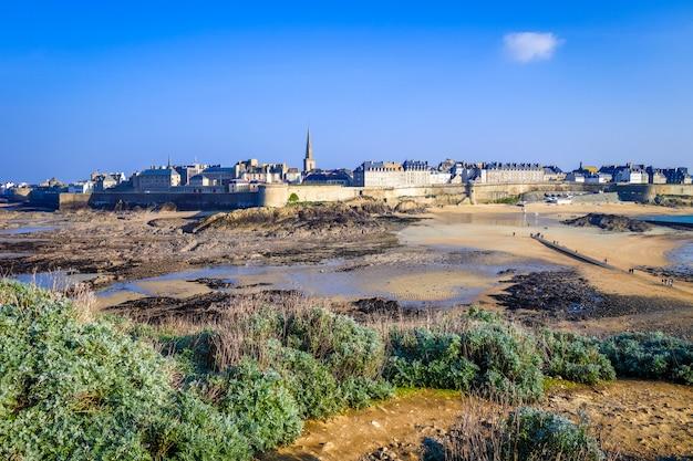 Городской пейзаж сен-мало, бретань, франция Premium Фотографии