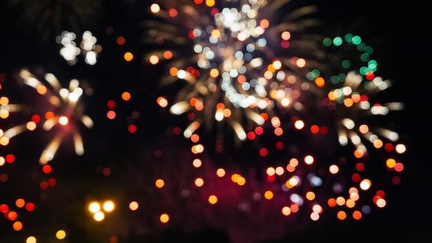 Праздничный цветной фейерверк на ночном небе Premium Фотографии
