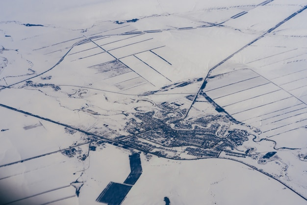 ロシアのシベリアの冬の雪の中で都市の空中写真 Premium写真