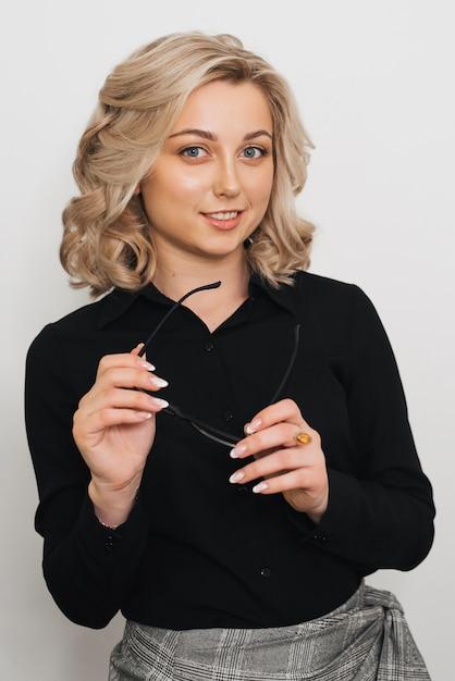 灰色の背景にブロンドの女の子の肖像画 Premium写真
