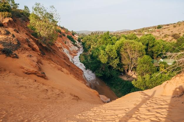 ベトナムのムイネーのフェアリーストリーム。ランドマーク、赤い砂山渓谷 Premium写真