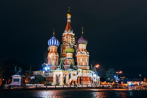 ロシア、モスクワ、赤の広場の聖ワシリイ大聖堂。夜 Premium写真