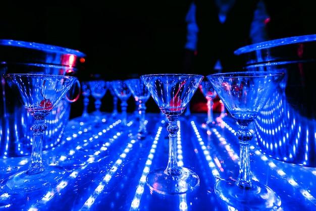 テーブルの上の桜と空のマティーニグラス Premium写真