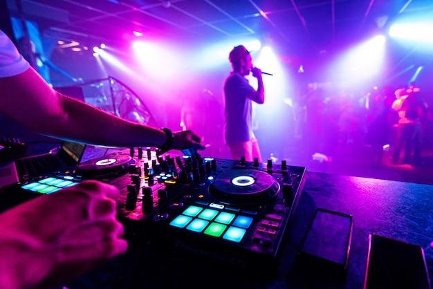 マイクを持つアーティストがナイトクラブのステージで演奏します Premium写真