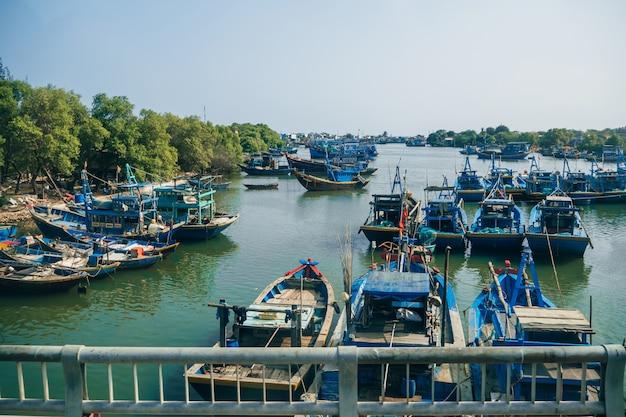 Азиатская рыбацкая гавань Premium Фотографии