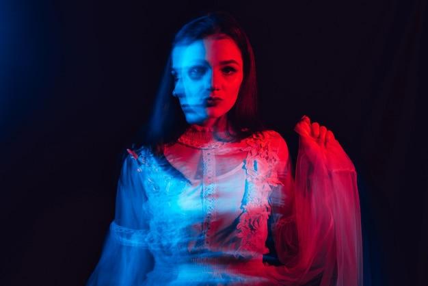 精神障害を持つ狂気の妄想的な女性の肖像画 Premium写真