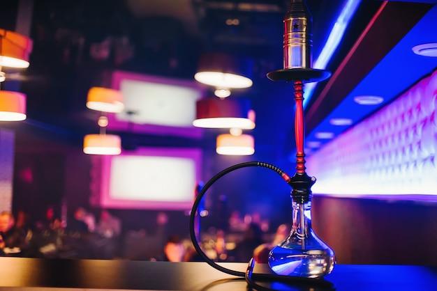タバコを吸ってリラックスするための素敵なクリア電球を備えた水ギセルバー Premium写真